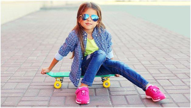 Девочка в ярких детских кроссовках