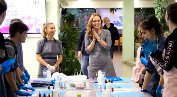 «Фонд Валентина Серова» и «НАШЕ Радио» провели творческий мастер-класс Resin Art - Новости радио OnAir.ru