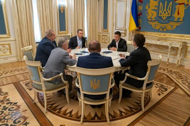 Президент України зустрівся з представниками кримськотатарського народу