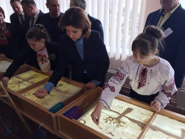 Дружина Президента разом з учнями Рівненщини створювала пісочні пейзажі