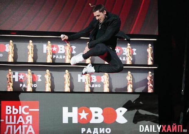 Дима Билан «на слабо» повторил свой знаменитый прыжок на премии «Нового Радио» - Новости радио OnAir.ru
