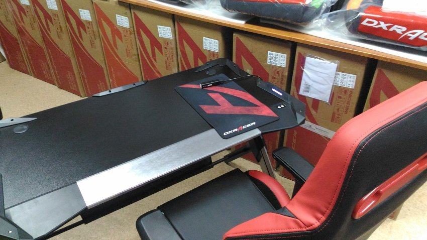 стол  для профессиональных киберспортсменов GAMING DESK LED-1
