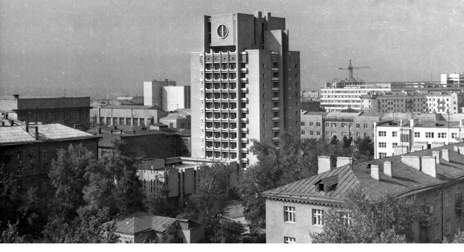 http://ipic.su/img/img7/fs/Obshezhitie-gostinicaVysshejpartijnojshkolyvNovosibirske.1975._1447166024.jpg